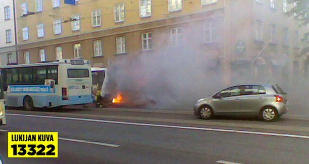 Bussipalo levitti sankkaa savua Hämeentielle.