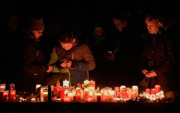 Tiistai-iltana koulun liepeille muodostui kynttilämeri.