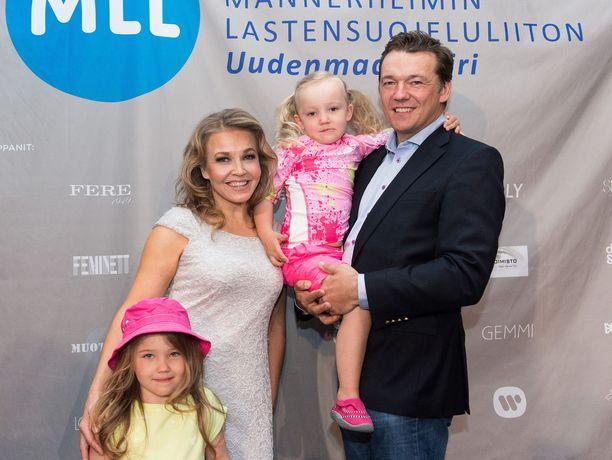 Marita Taavitsaisella ja Tomi Natrilla on kaksi tytärtä. Kuva vuodelta 2015.