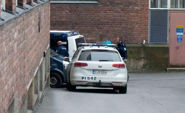 Poliisiautot partioivat Pirkanmaan poliisilaitoksen ulkopuolella.