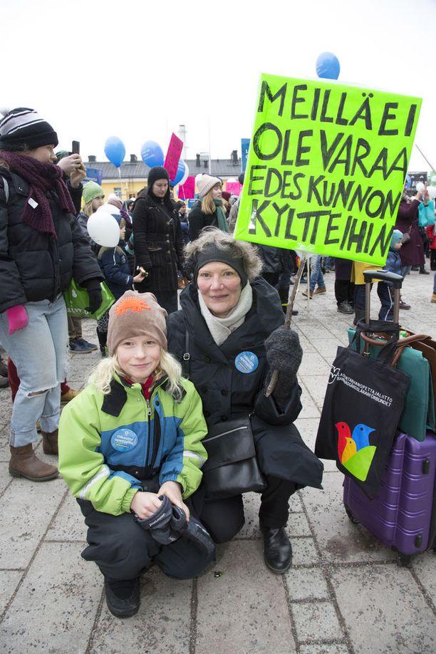 """""""Meillä ei ole varaa edes kunnon kyltteihin"""" oli Inga ja Arvo Ylhäisin kannanotto."""
