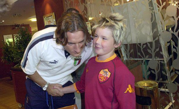 Francesco Totti ja Jesper Rautiainen paiskasivat kättä Helsingissä kesäkuussa 2003.