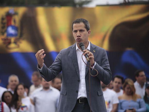 Juan Guaidolla on takanaan kansan enemmistö, mutta armeija on pysynyt visusti istuvan presidentin tukena.