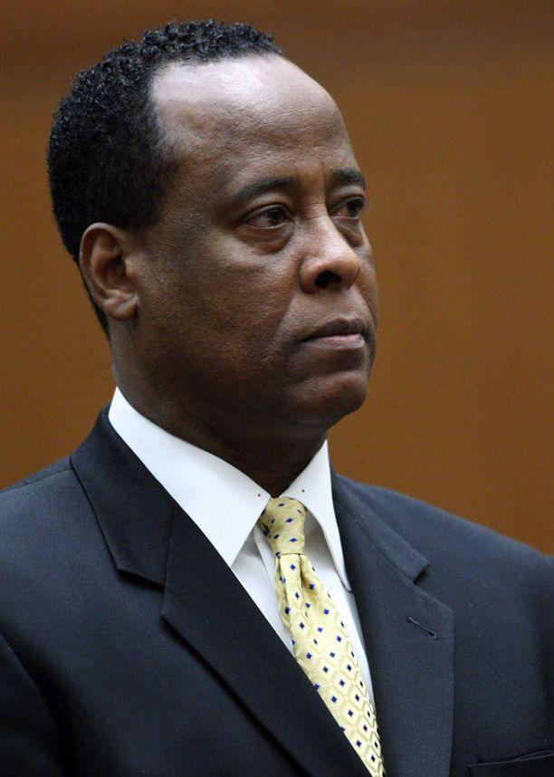 Conrad Murrayta epäillään edelleen kuolemantuottamuksesta.