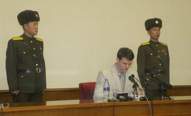 Amerikkalainen opiskelija Otto Warmbier sai 15 vuoden tuomion, kun yritti varastaa hotellista propagandakylttiä.