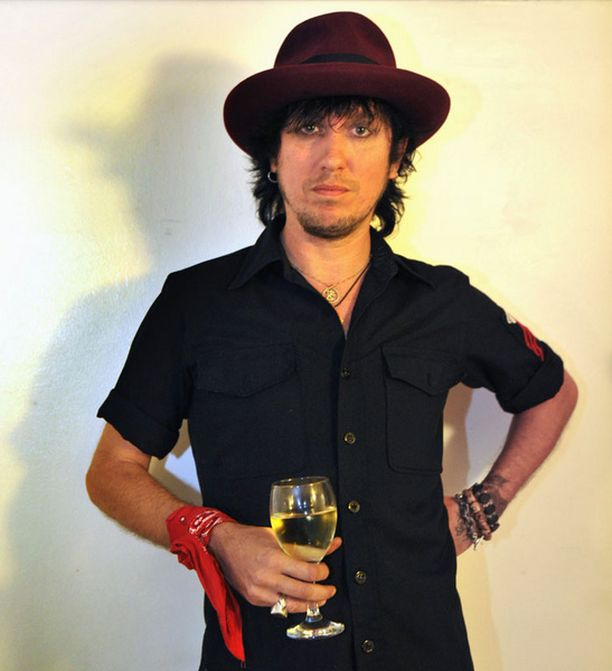 Vanha Hanoi-mies Sami Yaffa liittyi Monroen bändiin.