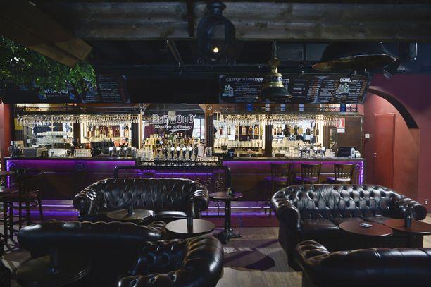 Nuorella miehellä meni lujaa. Kuvituskuva hervantalaisesta baarista.