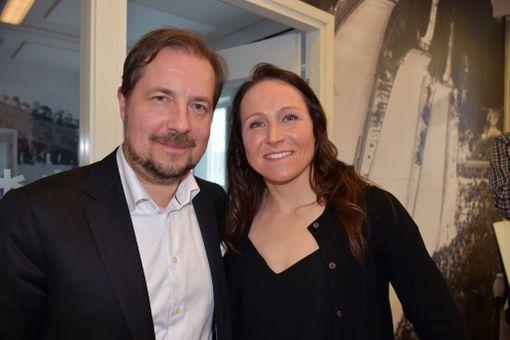 Aino-Kaisa Saarinen saapui Pasilaan onnittelemaan Hiihtoliiton puheenjohtajaa Jukka-Pekka Vuorta.