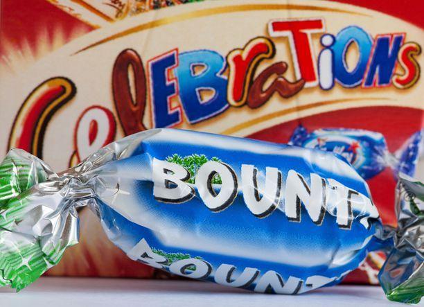 Bountyn B-kirjain ja Celebrations-rasian B-kirjain ovat kuin yksi yhteen. Fontin väri on vain eri.
