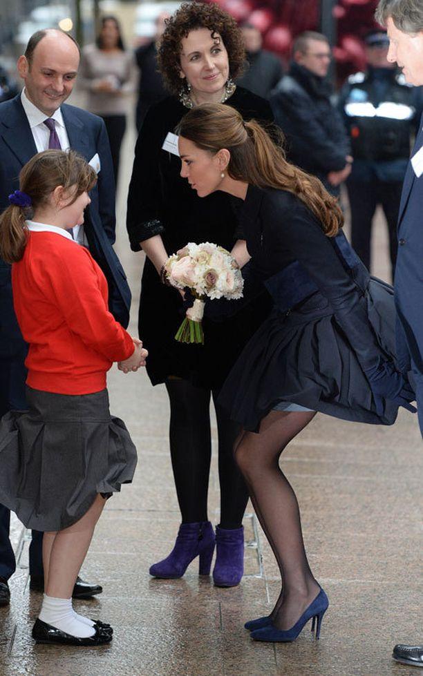 Kate Middleton joutui tervehtimisseremonian aikana pitämään hamettaan aloillaan.