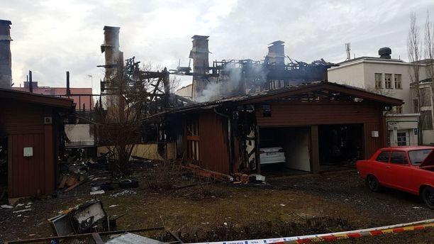 Kuuden perheen rivitalo tuhoutui tulipalossa Tampereella.
