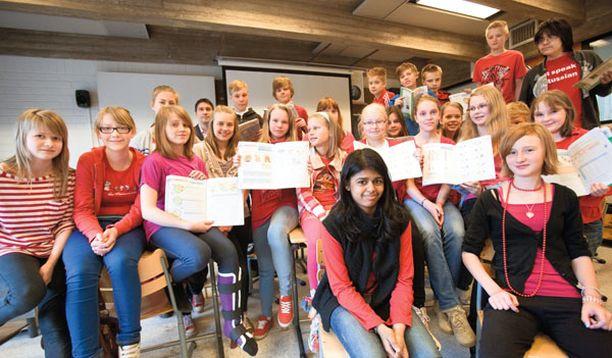 YKSI LUOKKA Tässä kuvassa on yksi SYKin kuudesluokkalaisten matematiikan ryhmä, johon kuuluu 25 oppilasta. Yhteensä yläkoulussa eli luokilla 6–9 on oppilaita 402.