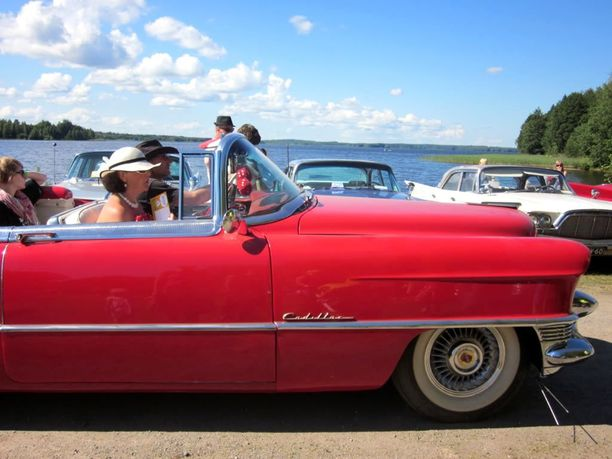 Cruisailisitko Pieksänjärven rannnassa klassiseen tyyliin 50-luvun avo-Cadillacilla...