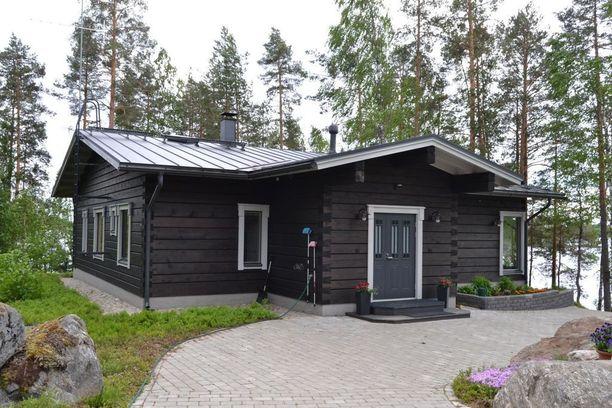 Tumma hirsipinta on kaunis. Tässä kuopiolaiskodissa on jotain hyvin mökkimäistä ja kotoisaa.