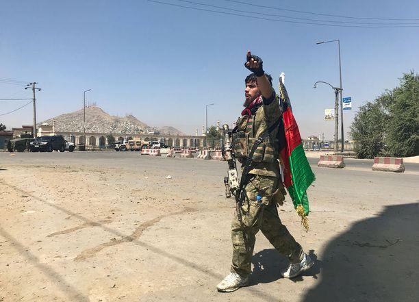 Afganistanilaissotilas piti vahtia lähellä paikkaa, johon terroristit hyökkäsivät tiistaiaamuna.
