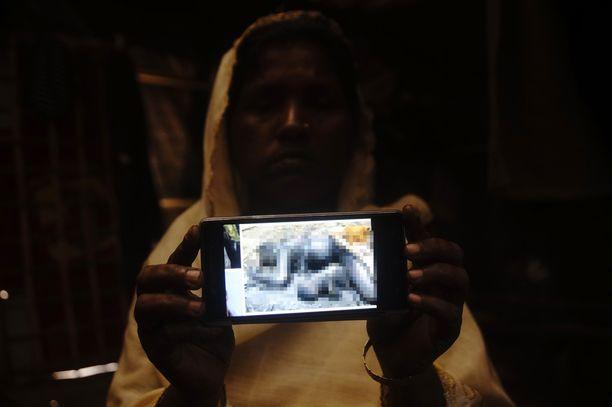 Nainen näytti pakolaisleirillä Bangladeshissa tammikuun lopulla kännykällään kuvaa veljestään ja tämän 4-vuotiaasta lapsesta, jotka Myanmarin armeija naisen mukaan tappoi.