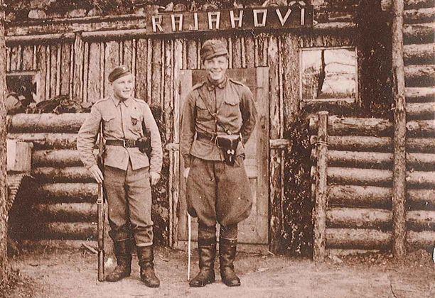 Luutnantti Eero Kaappa, oikealla, taistelulähettinsä kanssa Lempaalan Lumisuolla kesällä 1942 tai 1943.