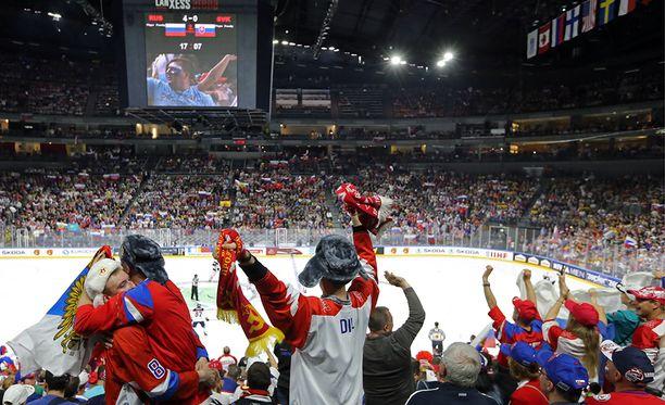 Kölnin areenan jää on ollut paikoin kehnossa kunnossa. Kuva Venäjä-Slovakia-ottelusta, jonka aikana koettiin myös isoja jääongelmia.