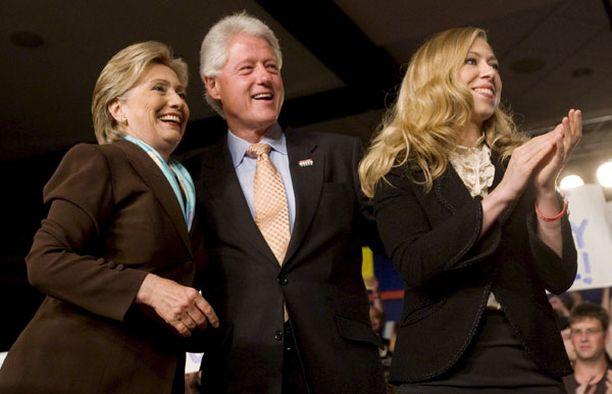 Bill Clintonin vaimo Hillary lykkäsi matkaansa Qatariin ja Saudi-Arabiaan. Parikunnan tytär Chelsea oli isänsä mukana New Yorkissa.