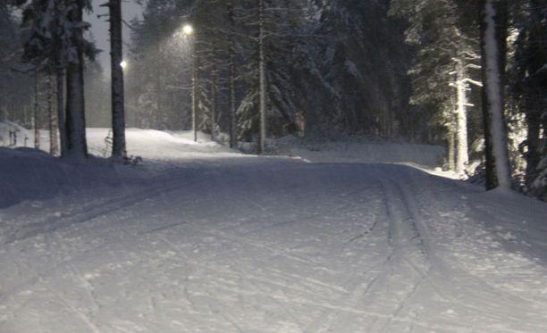 Mies autoili pitkin hiihtolatuja Lahden Urheilukeskuksessa. Kuvituskuva.