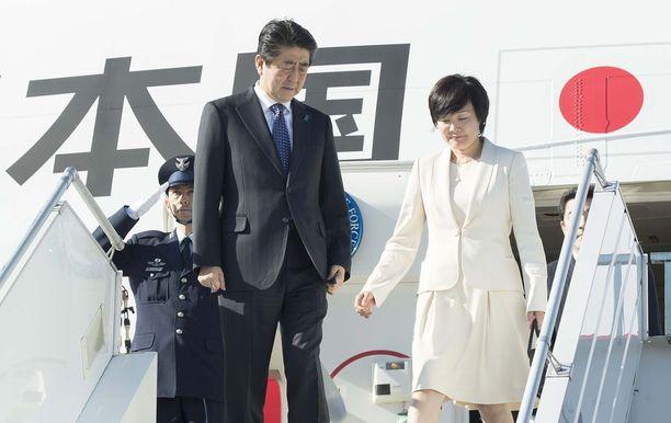 Pääministeri Shinzo Abe saapui vaimonsa Akie Aben kanssa Helsinki-Vantaan lentokentälle.