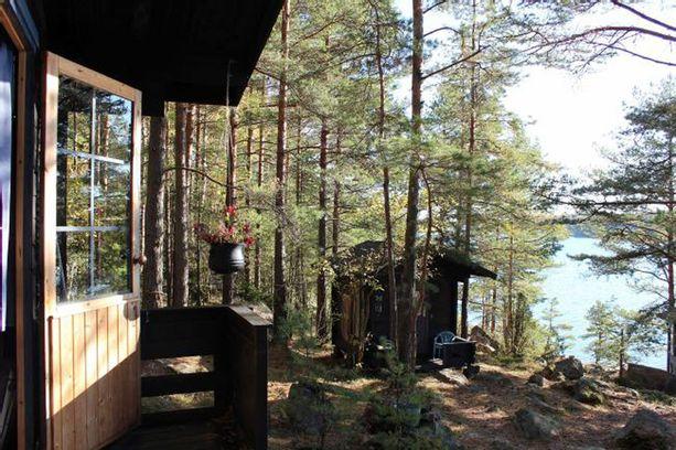 Jylhällä, kallioisella vuokratontilla sijaitseva mökki on myynnissä Paraisten Nauvolla.