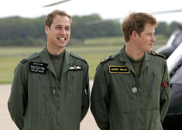 Prinssit William ja Harry kesällä 2009.