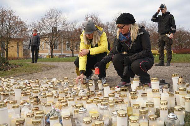 Helsinkiläinen Minna Holsti ja porvoolainen Pirre Pihl sytyttivät kynttilät isänsä puukottaman tytön muistolle.