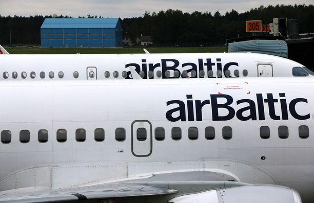 Kuvituskuva. Air Balticin lennon BT357 piti laskeutua Tampere-Pirkkalan lentoasemalle, mutta huonoista sääolosuhteista johtuen kone suuntasikin Turun lentoasemalle.