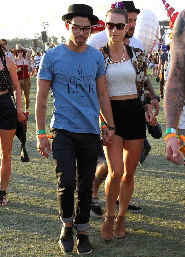 Joe Jonas ja tyttöystävä.