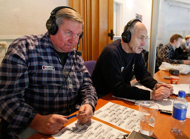 """""""Hakki"""" toimi peliuransa jälkeen jääkiekkoasiantuntijana monessa eri mediassa, muun muassa Iltalehdessä. Kuvassa hän on radiokommentaattorina Pentti """"Linkku"""" Lindegrenin selostaessa HIFK:n peliä syksyllä 2007."""