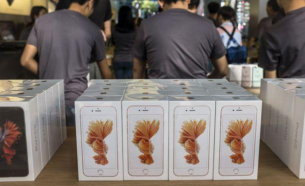 Kiinassa tehty työkalu murtaa myös uuden iPhone 6s:n suojauksen. Kuvassa iPhone 6s:iä myynnissä Pekingissä.