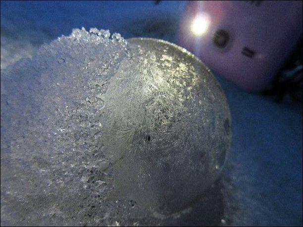 Jäätyneen pallon löytänyt Nelli Aaltonen kertoo epäilevänsä, että pallo ei voi olla ihmisen tekemä, koska löytöpaikka on niin syrjäinen.