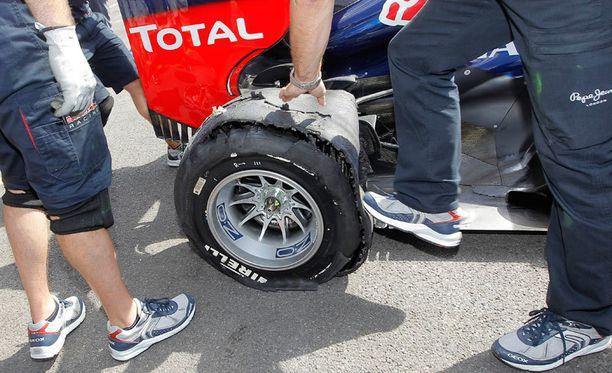 Sebastian Vettelin autosta hajosi yllättäen oikea takarengas perjantaina.