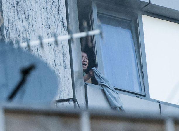 Hätääntynyt mies heilutti paitaa asuntonsa ikkunasta Lontoon tulipalossa.