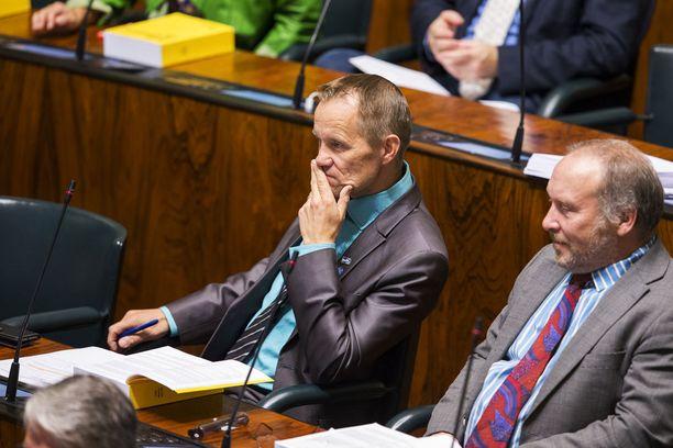 Mika Niikko ja puoluekollega Teuvo Hakkarainen eduskunnan istuntosalissa viime syyskuussa.