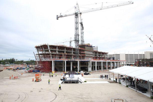 Jättikitaran rakentaminen on alkanut.