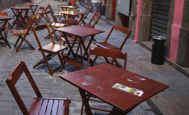 Brett Costello ryöstettiin kahvilassa.