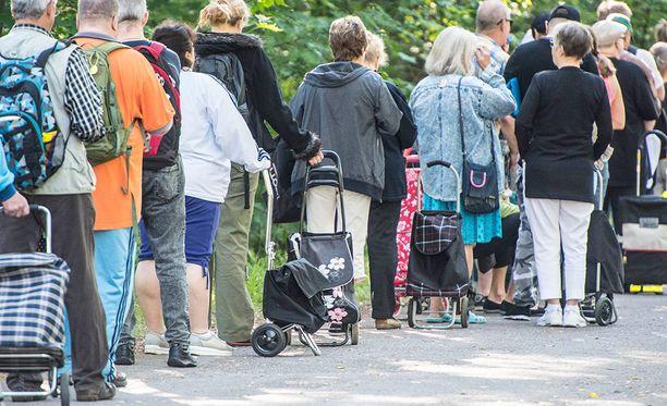Pienituloisiksi lasketaan henkilöt, joiden kotitalouden käytettävissä oleva rahatulo kulutusyksikköä kohti on alle 60 prosenttia kansallisesta mediaanitulosta. Moni pienituloinen joutuu turvautumaan ruoka-apuun. Kuva Helsingin Myllypuron ruokajakelusta viime kesältä.