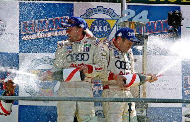 Jyrki Järvilehto (vas.) juhli Tom Kristensenin kanssa Le Mans -voittoa 2005.