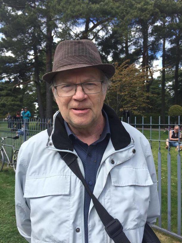 Helsingin työväen soittokunnassa vuosikymmenet mukana ollut Seppo Ahokas tapasi presidentti Koiviston monesti erilaisissa tilaisuuksissa.