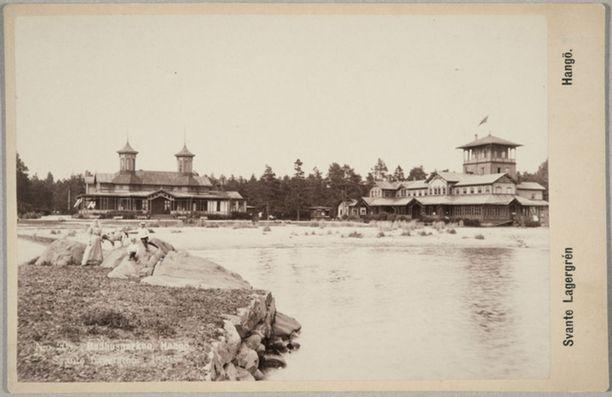 Kylpyläeloa Hangon rantakallioilla 1890-luvulla.