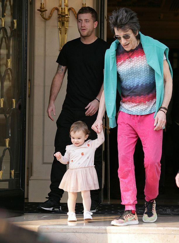 Toinen kaksosista, Alice, tepasteli hotellista isänsä käsipuolessa.