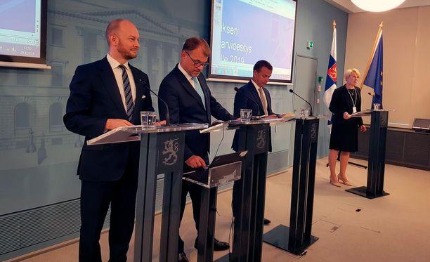 Hallituspuolueiden puheenjohtajien trio aloittelemassa viimeistä budjetti-infoaan valtioneuvoston linnassa keskiviikkona.
