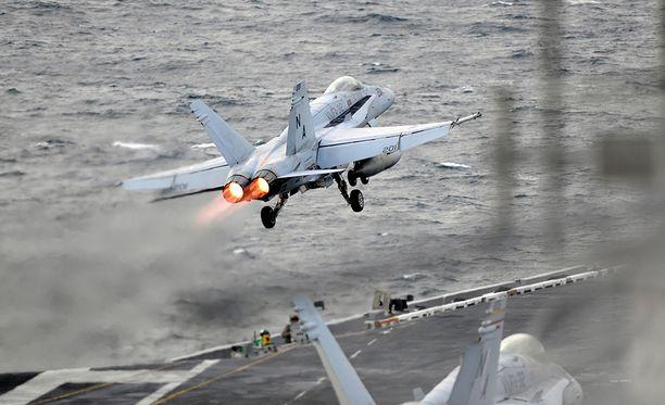 Kaksi laivaston Hornetia sai kuvattua hetken tunnistamatonta lentävää esinettä.
