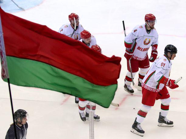 Valko-Venäjän on tarkoitus järjestää jääkiekon MM-kisat 2021. Oikealla kuvassa maan presidentti Aleksandr Lukashenko.