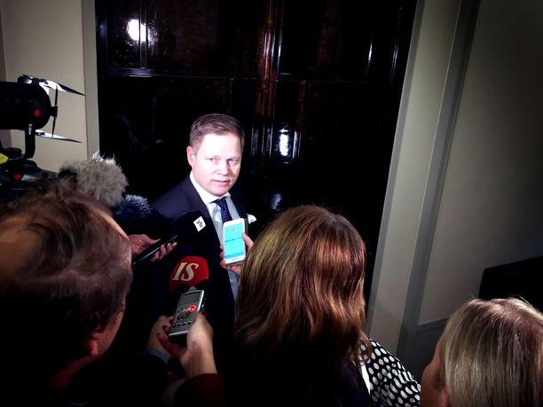 Sote- ja maakuntauudistusta ajavan hallituspuolue keskustan kansanedustaja Markus Lohi totesi perustuslakivaliokunnan kokouksen jälkeen valiokunnan lausunnossa olevan vielä paljon työtä jäljellä.