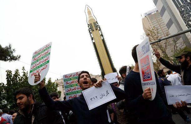 Iranilaiset osoittivat kuukausi sitten mieltä Yhdysvaltoja vastaan maan lähetystön edessä Teheranissa.
