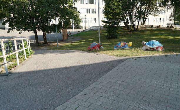 Tuntematon taho on siirtänyt betoniesteet sivuun koulun pihaan vievältä tieltä.