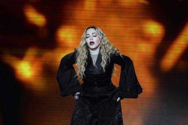 TMZ:n mukaan fanit joutuivat odottamaan Madonnaa lavalle kolme tuntia. Keikan aikana laulaja vaikutti olevan humalassa.